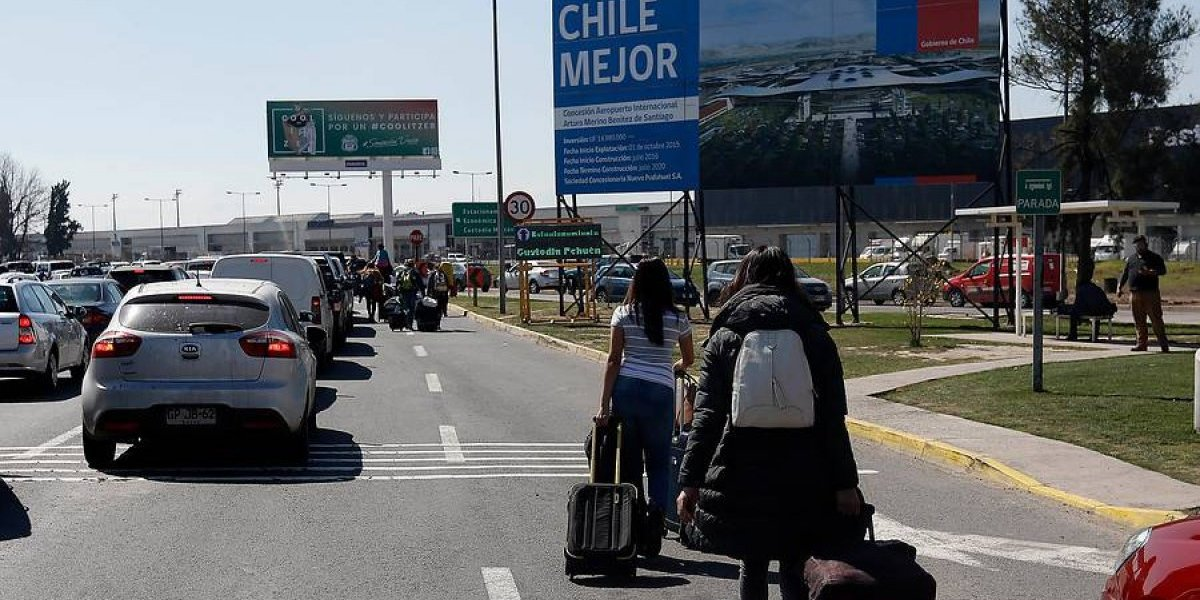 Latam ofrece cambios de ruta o fecha a pasajeros afectados por protesta de taxistas en el aeropuerto