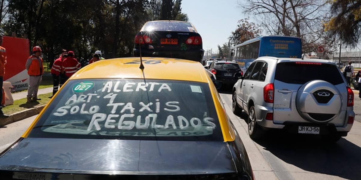 """""""Quedaron como ladrones y asesinos"""": la dura crítica en redes sociales a bloqueo de taxistas en el aeropuerto"""