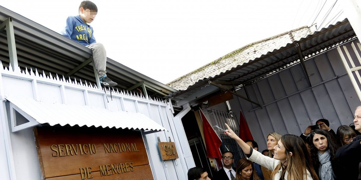 Insólito: niño se pasea por el techo mientras diputados visitan centro donde murió Lissette Villa