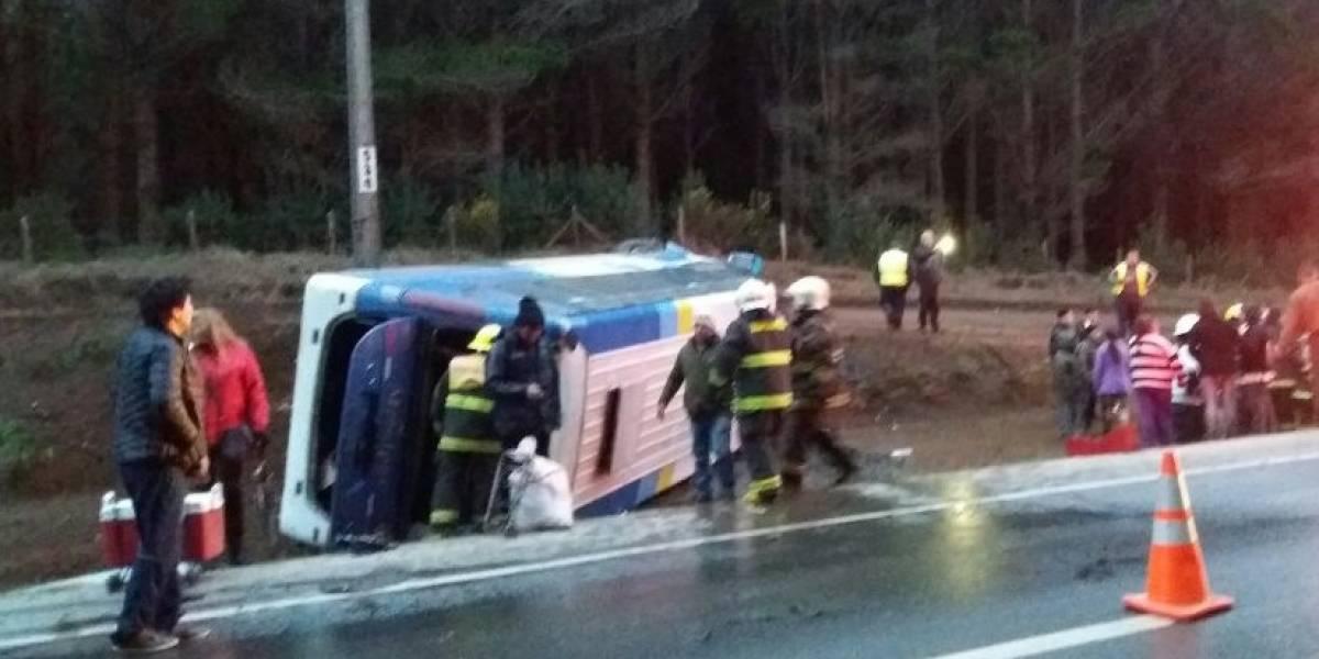 Bus vuelca tras chocar con tractor en la Ruta 160: accidente deja 18 pasajeros heridos en el Biobío