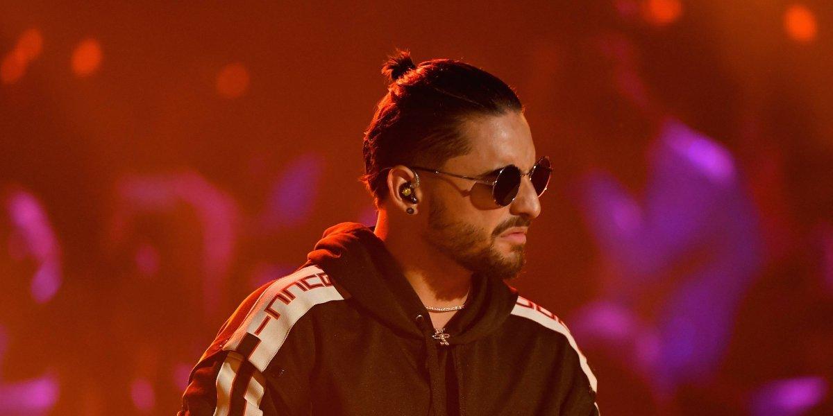 Maluma busca a la dueña de una prenda íntima que le lanzaron en pleno concierto