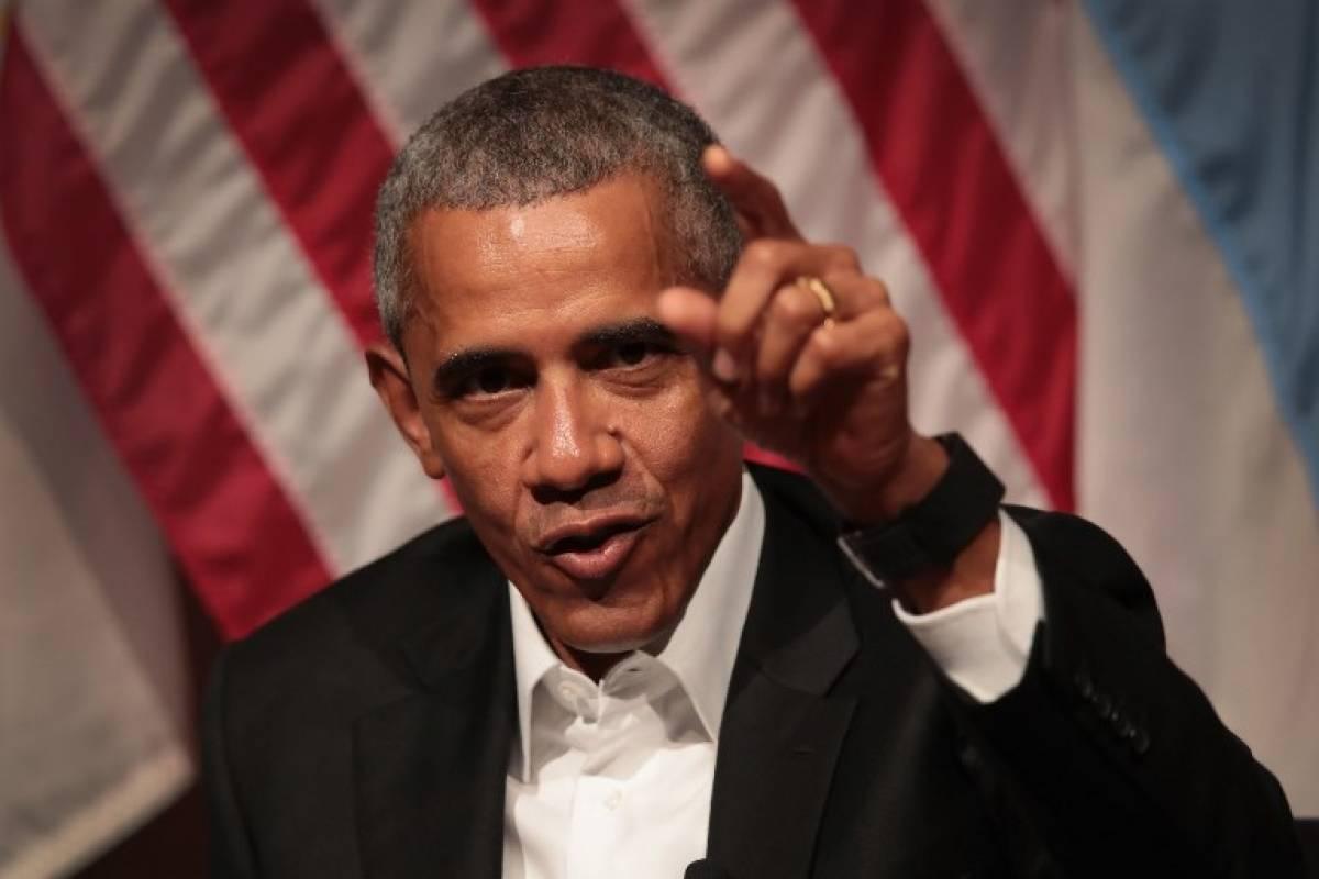 Barack Obama señalando