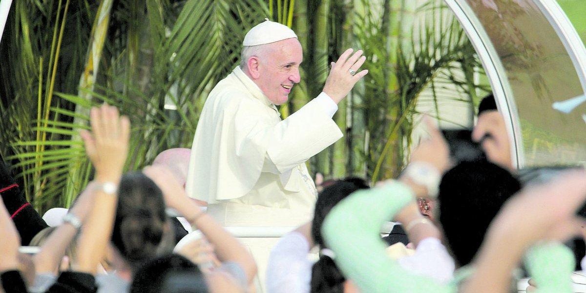 El Papa llegó a Colombia; en el avión pidió por Venezuela