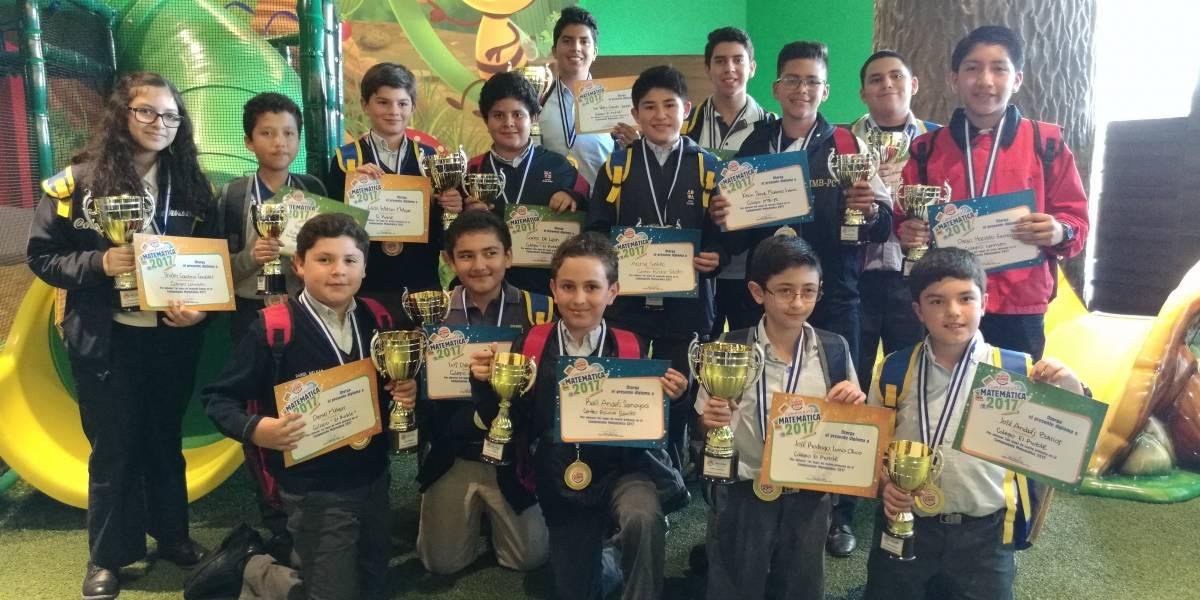 Estudiantes demuestran sus habilidades para la matemática y son premiados en campeonato