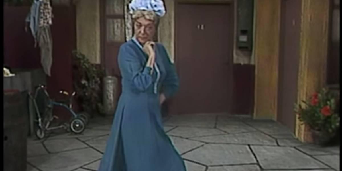 'Sin querer queriendo', subastarán el vestido azul de la 'Bruja del 71' con todo y sombrero