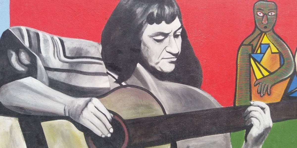"""""""No sé si es Violeta Parra o Piñera"""": el debate en Twitter por el protagonista de esta pintura callejera"""