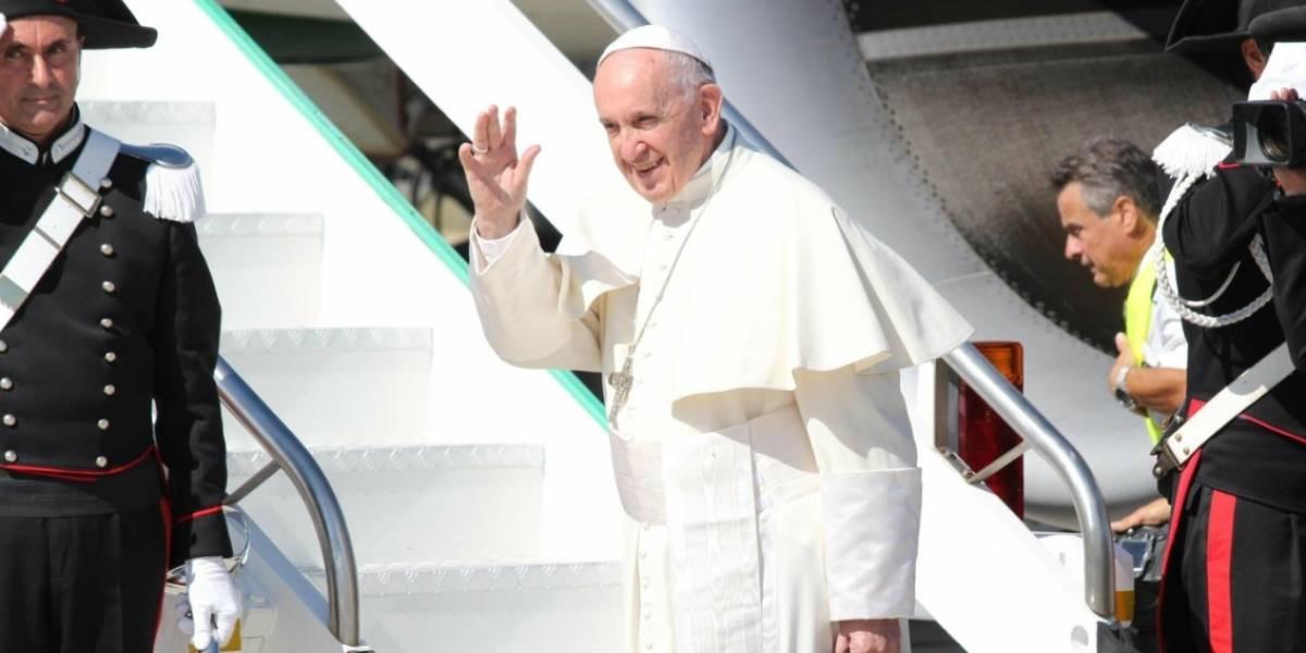 El avión del papa hacia Colombia cambia su ruta para evitar el huracán Irma