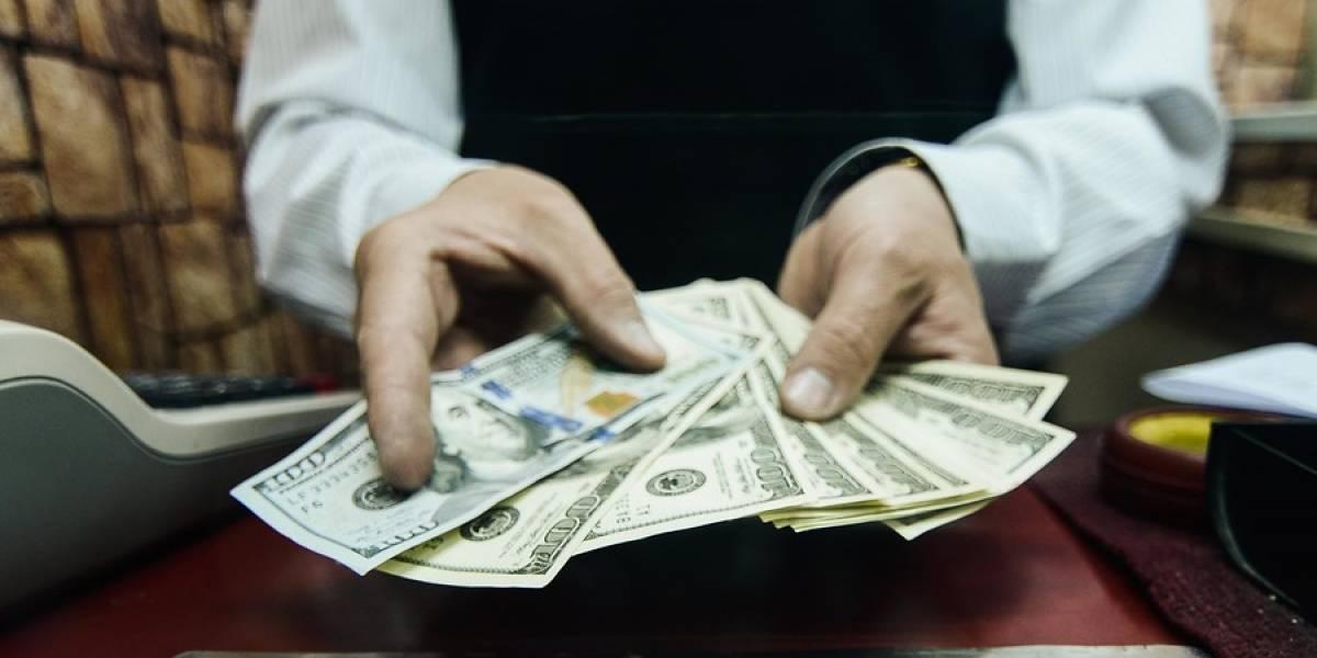 Dólar no detiene su caída y cierra bajo los $620