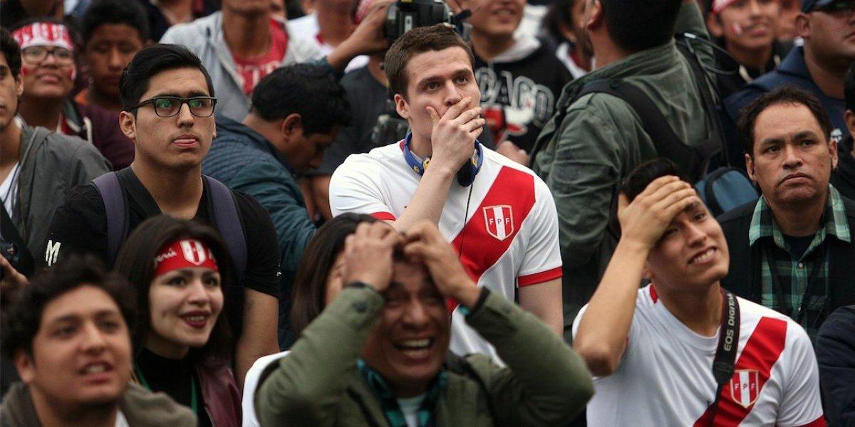VIDEO. Fans de Selección de Perú hacen algo insólito en velorio frente al ataúd