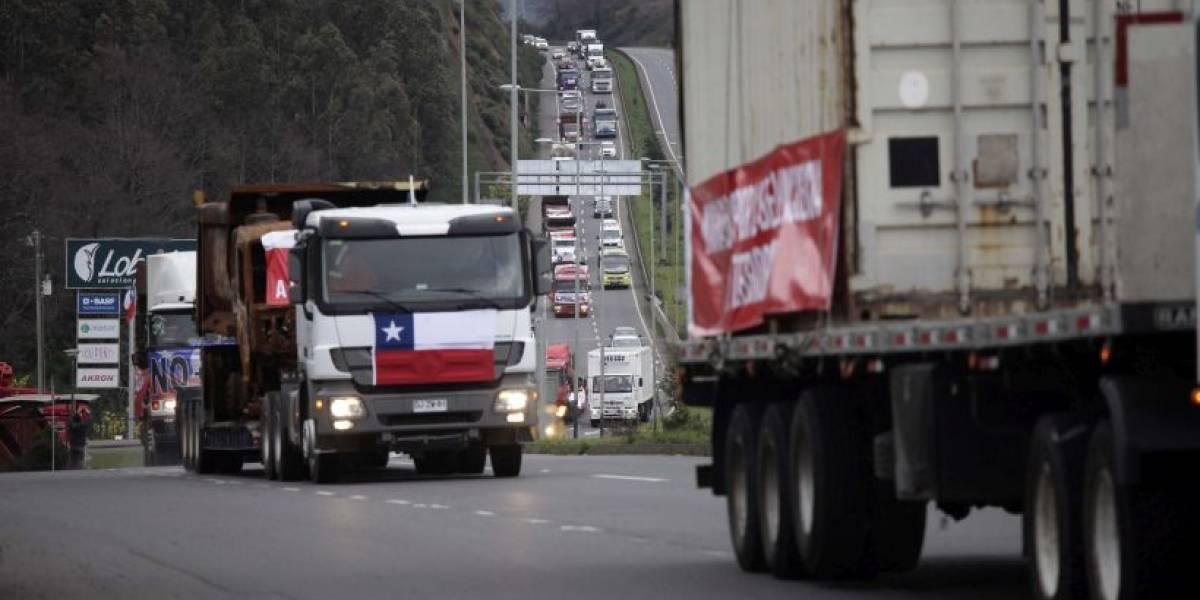 """Gobierno anuncia acuerdo con camioneros y transportistas del Sur lo desmienten: """"Aleuy es político y le miente al país"""""""