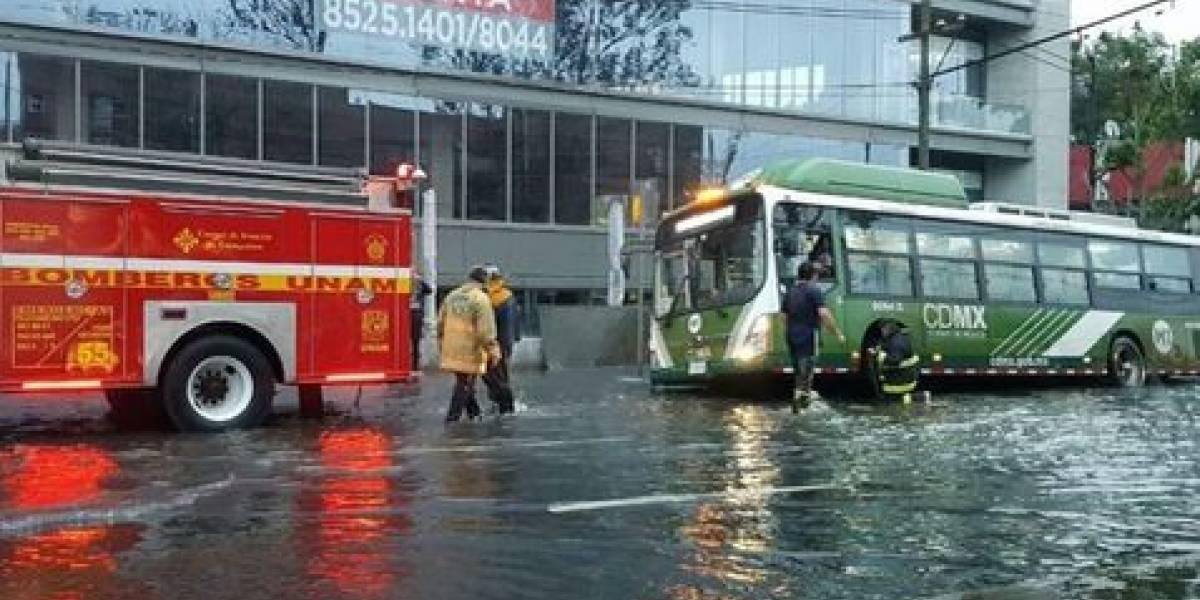 Fuga de agua 'inunda' avenida Universidad; hay caos vial en la zona