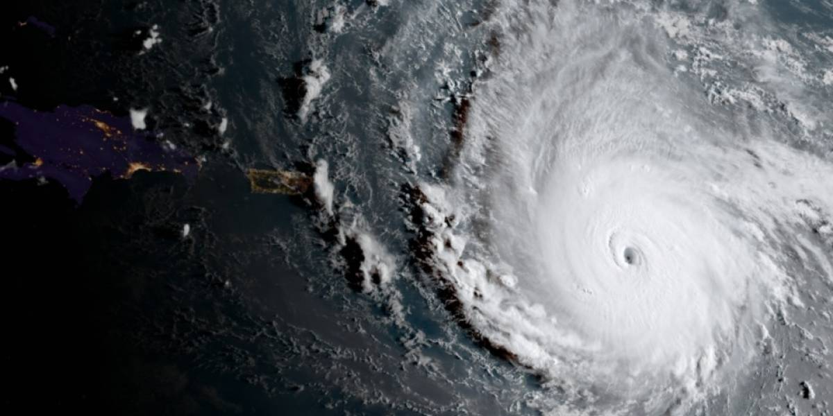 Cazador de huracanes se adentra en Irma ¡con vientos de 320 km/h!