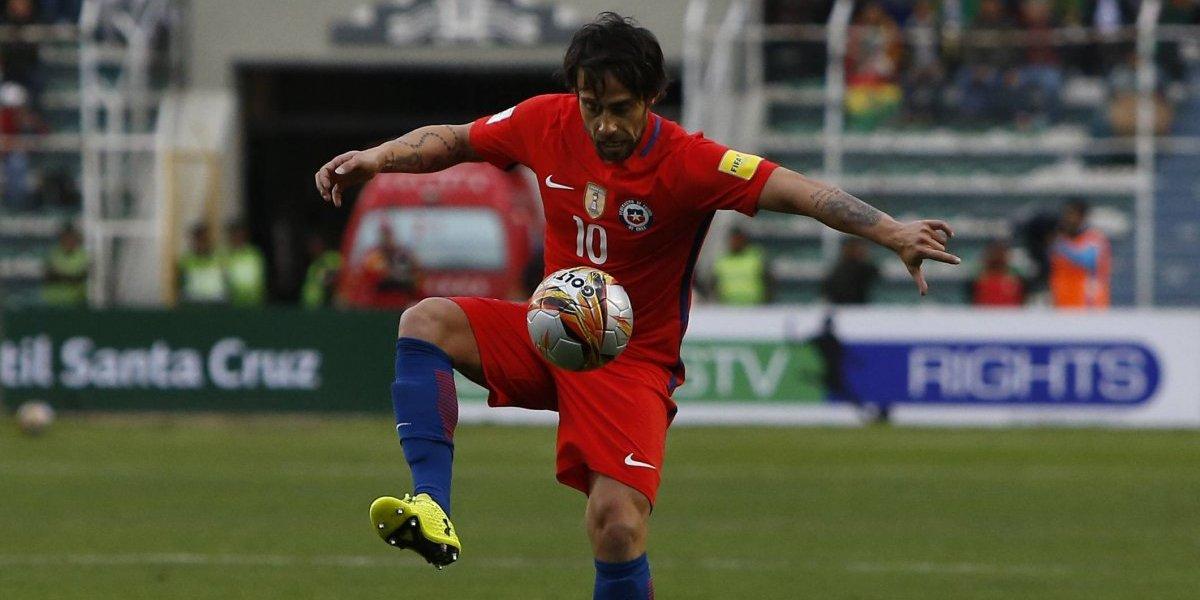 Del avión a la cancha: Valdivia y Paredes olvidaron la derrota de la Roja entrenando en Colo Colo