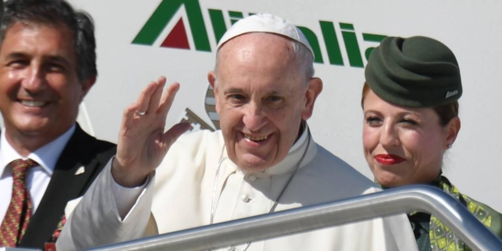 Papa Francisco sube a un avión rumbo a Colombia