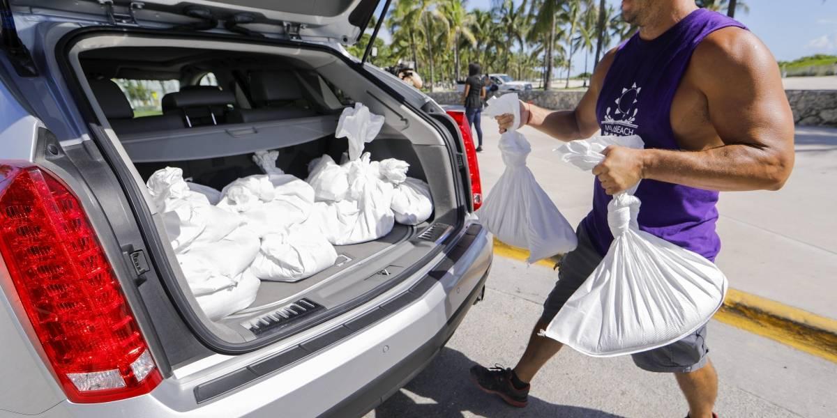 Residentes de Florida buscan desesperadamente agua y gasolina