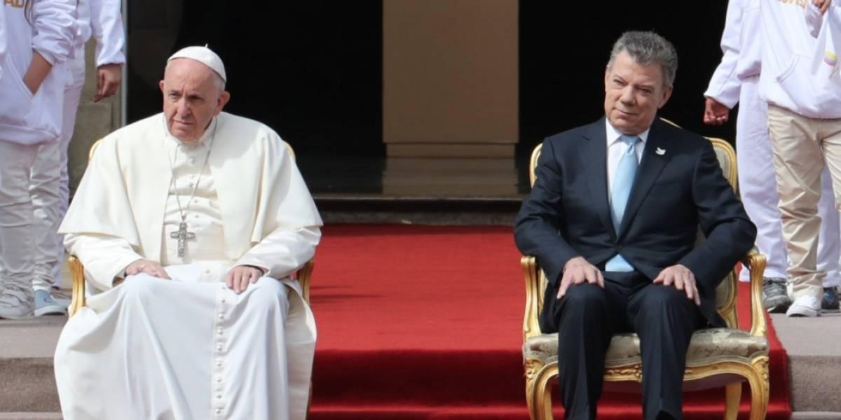 Foto: Niño le pone 'cachos' a Santos durante su discurso frente al papa