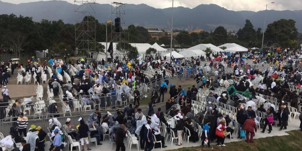 ¡Se quedaron sin misa! Cientos de personas abandonan a esta hora alrededores del parque Simón Bolívar en medio del llanto