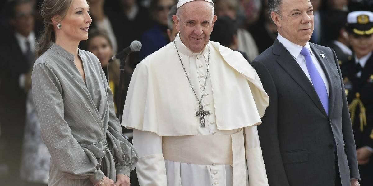 Foto: Hombre rompe esquema de seguridad y se arrodilla frente al papa cuando caminaba con Santos