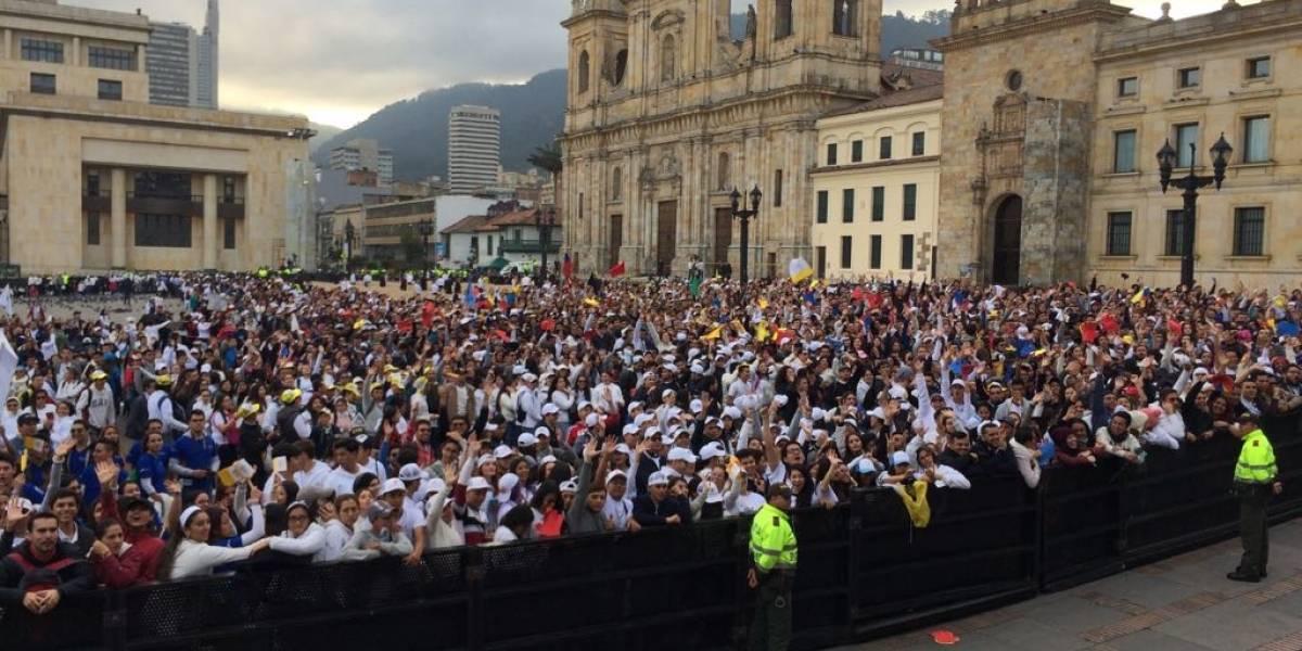 Empezaron a llegar a la Plaza de Bolívar los jóvenes  que recibirán la bendición del papa Francisco