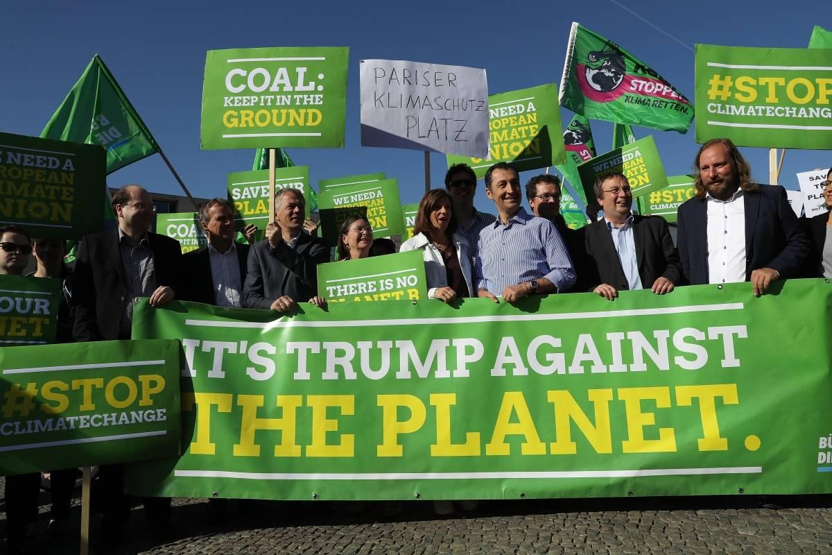"""Reacciones por la salida de Estados Unidos de los Acuerdos de París. """"Es Trump contra el mundo"""", dice la pancarta."""