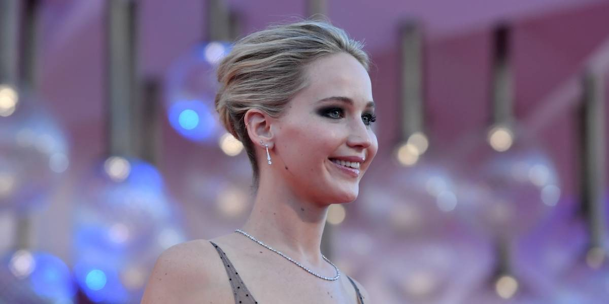 """Jennifer Lawrence luce un escotado y traslúcido vestido en el estreno de """"Mother!"""""""