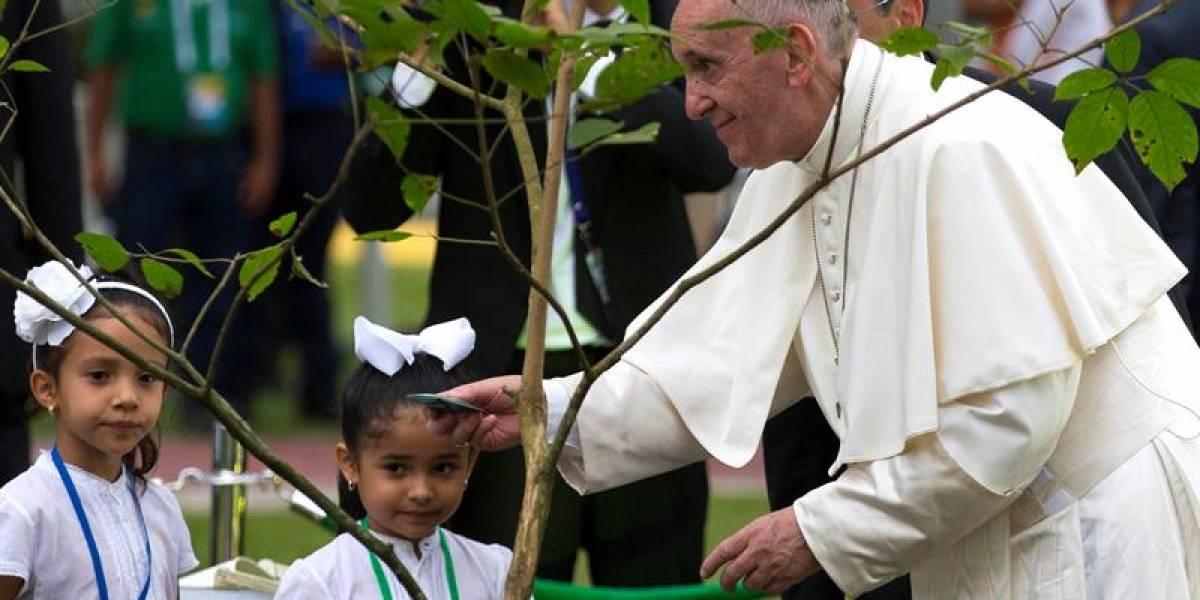 Critican a presentadora de RCN por hablar mal durante la visita del papa