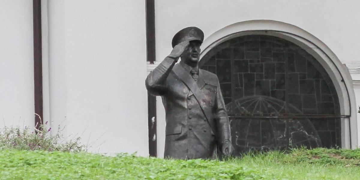 """Polémica por estatua de José Toribio Merino en recintos de la armada: """"No es posible que haya un homenaje a un golpista"""""""