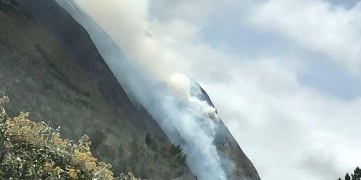 Bomberos de Quito busca controlar incendio forestal en el cerro Coturco
