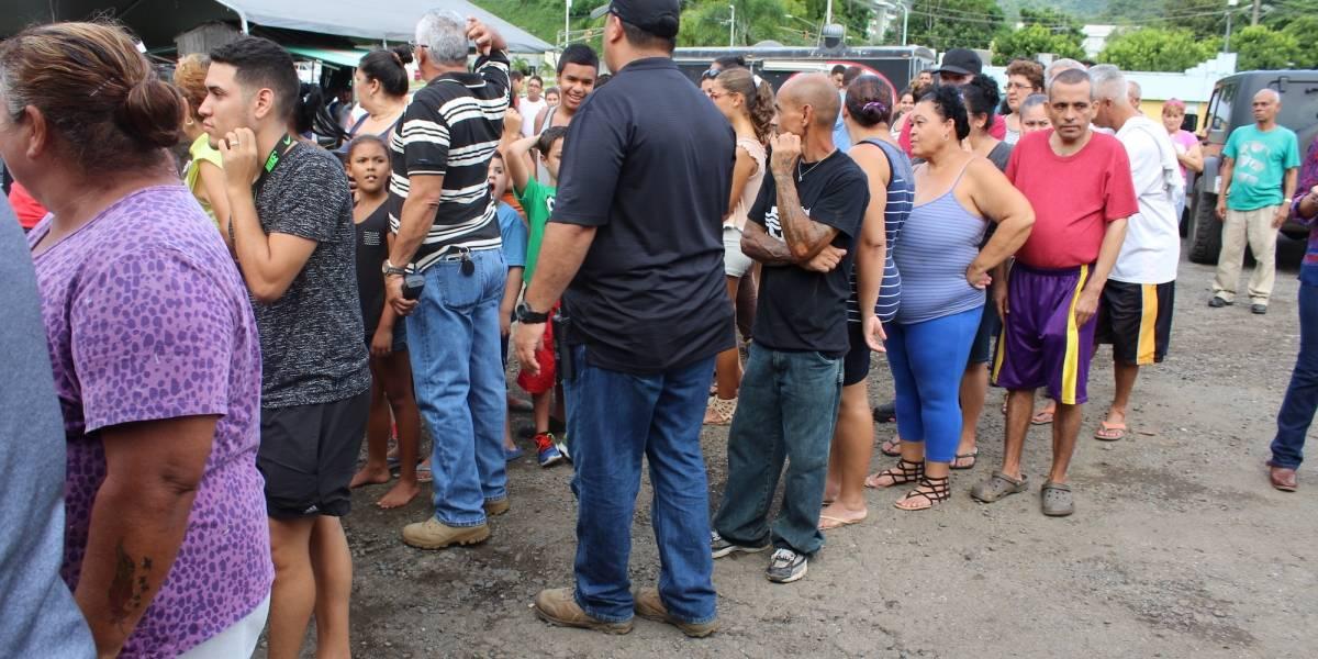 Utuadeños acuden a recibir comida durante visita de Rosselló