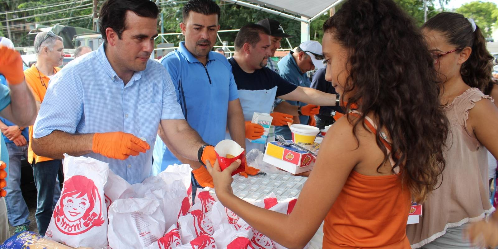 Durante su visita a Utuado, el gobernador Rosselló y el alcalde de Utuado, Ernesto Irizarry, repartieron comida a los ciudadanos que se dieron cita en las afueras de las instalaciones municipales de la Agencia Estatal para el Manejo de Emergencias. / David Cordero Mercado