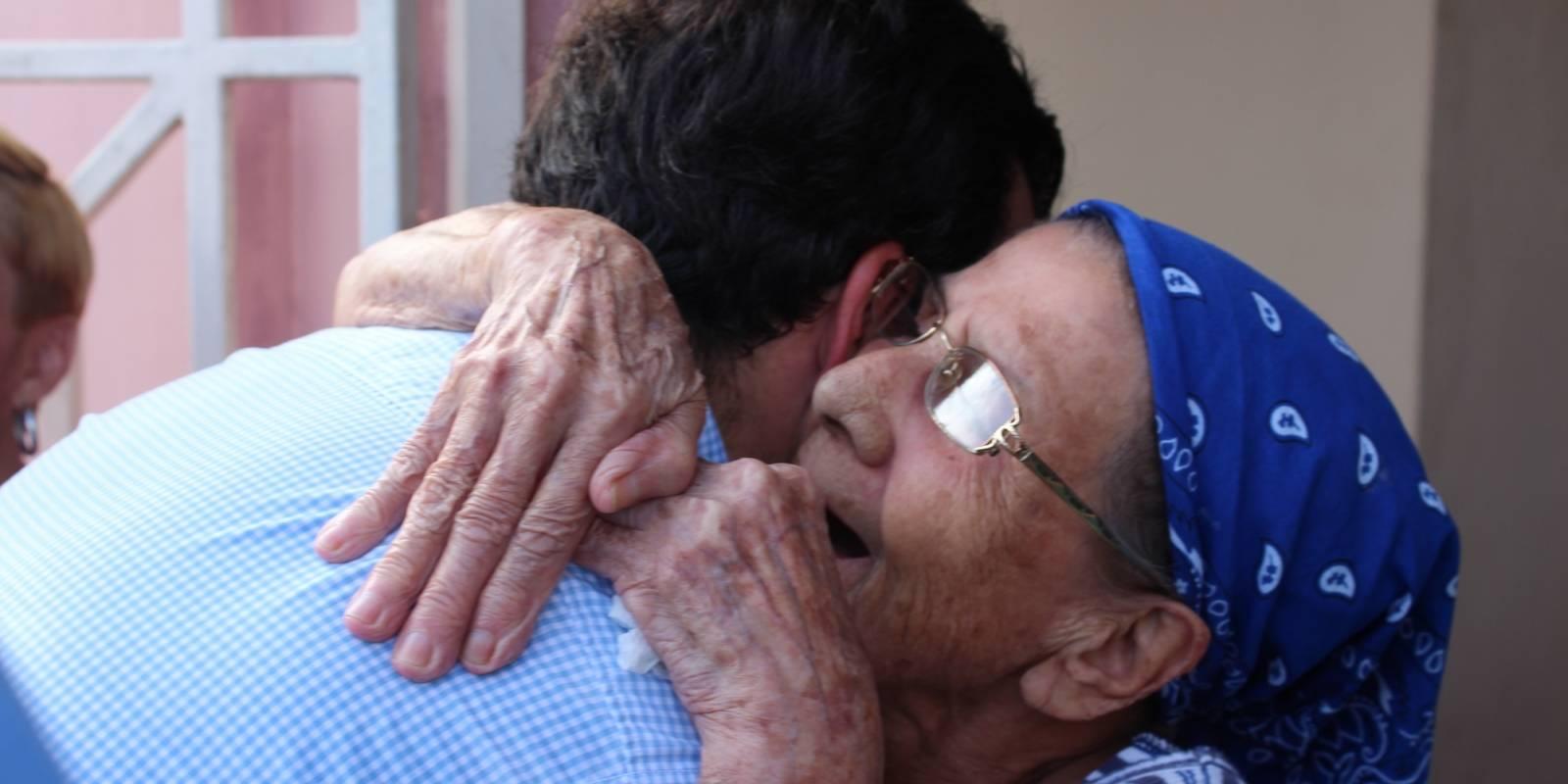 Una señora abraza al gobernador Ricardo Rosselló, durante su visita al residencial Fernando Luis García. / David Cordero Mercado