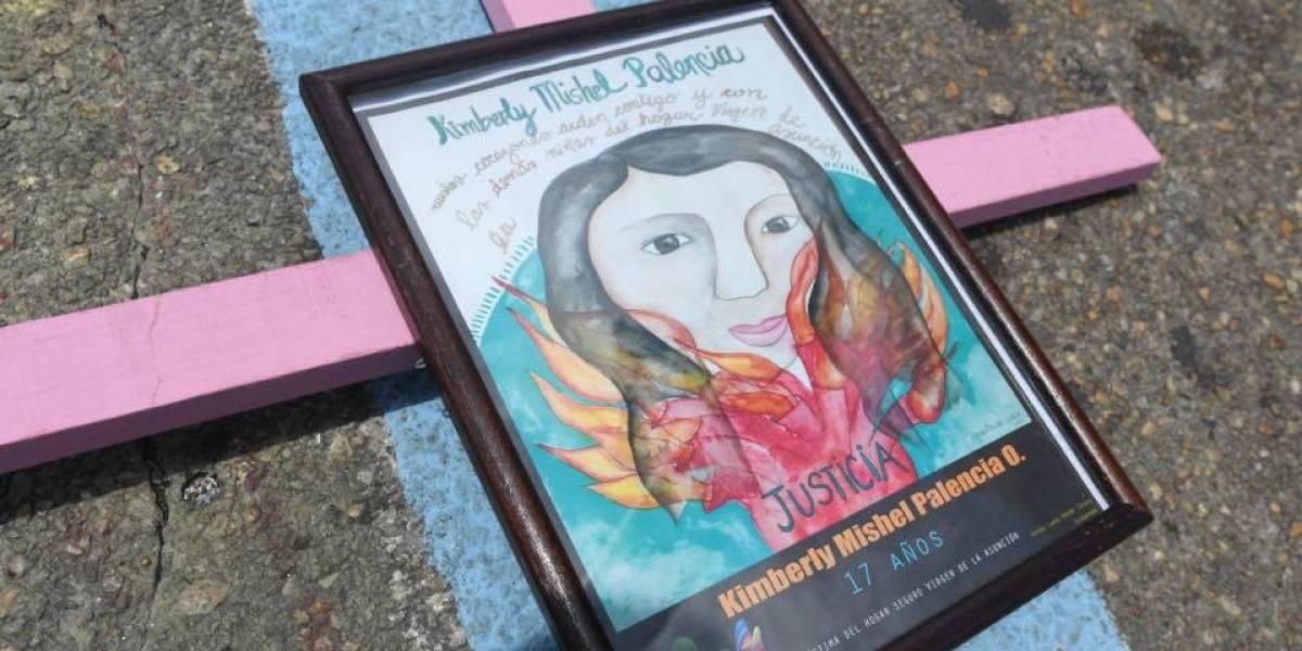 EN IMÁGENES. Con cruces y retratos recuerdan a víctimas del incendio en el Hogar Seguro