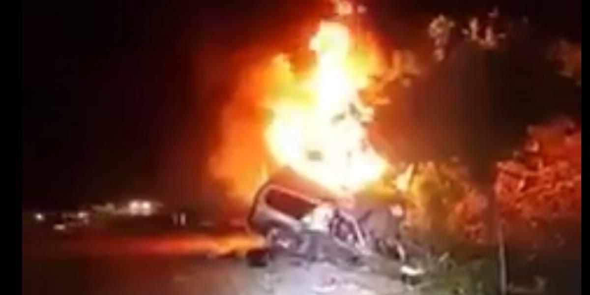 VIDEO. Vehículo se incendia, tres personas mueren carbonizadas