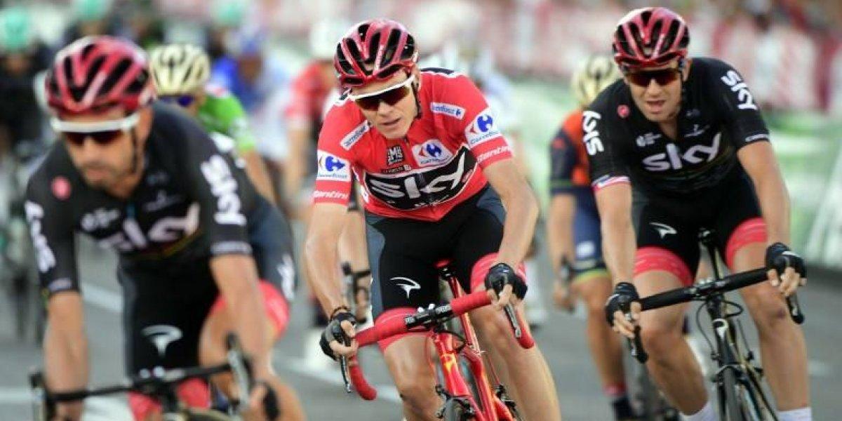 El británico Chris Froome celebra como el campeón de la Vuelta a España