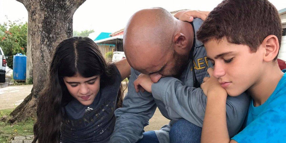 Empleado de la AEE es sorprendido por sus hijos mientras trabajaba