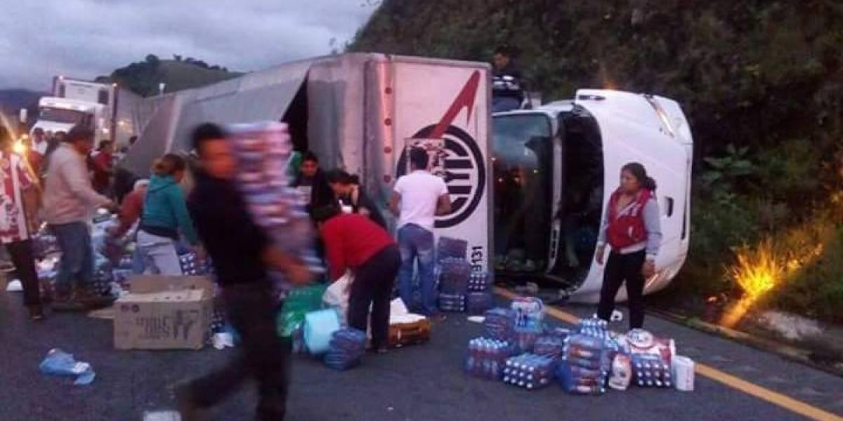 Camión se vuelca con ayuda para damnificados de terremoto en México y lo saquean