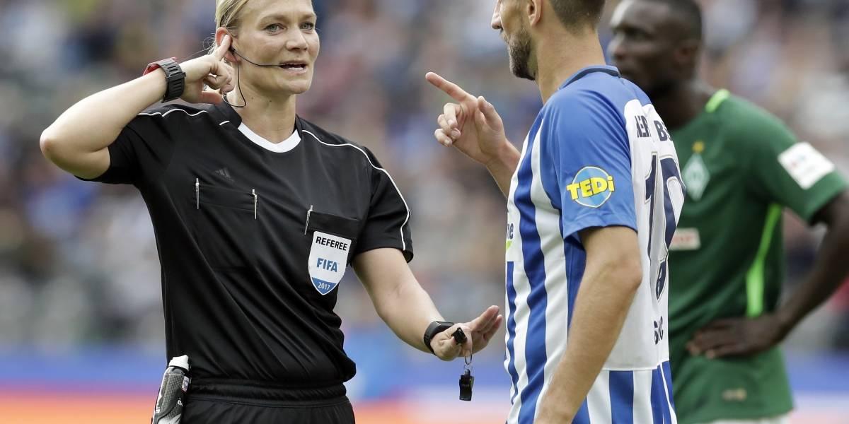 Primera mujer árbitro debuta en liga de fútbol alemana