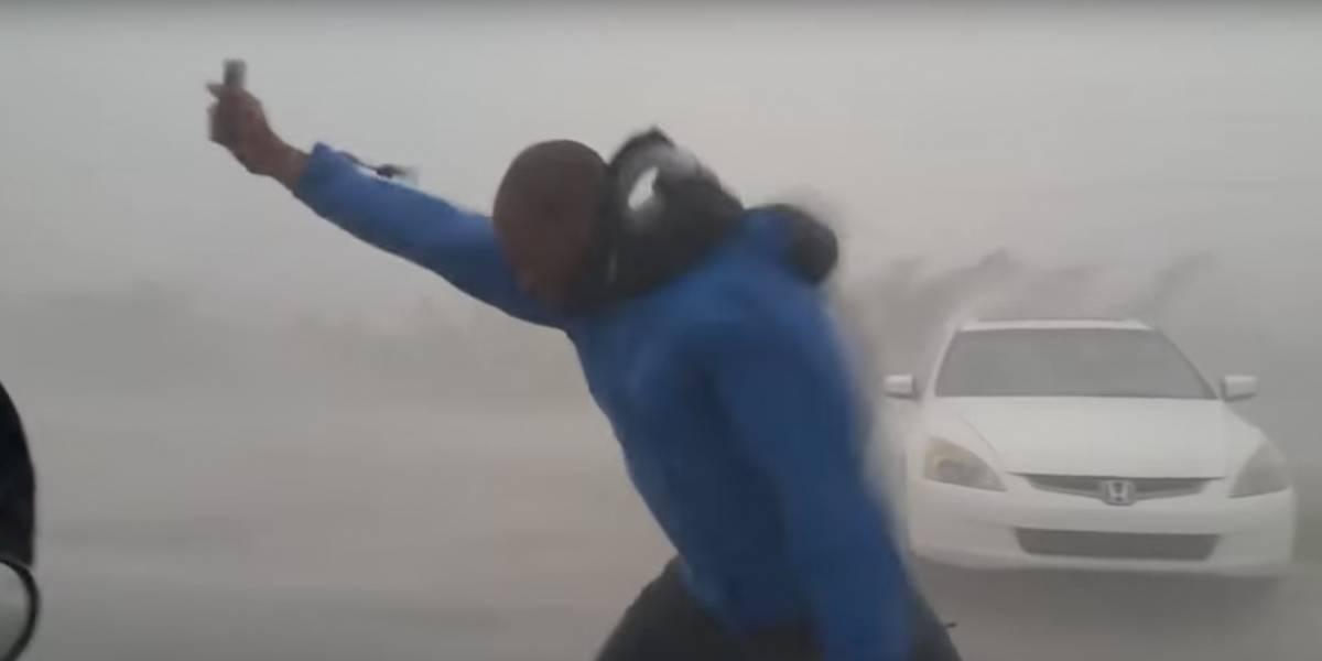 Un meteorólogo fue arrastrado por el viento tras enfrentar a las ráfagas de Irma