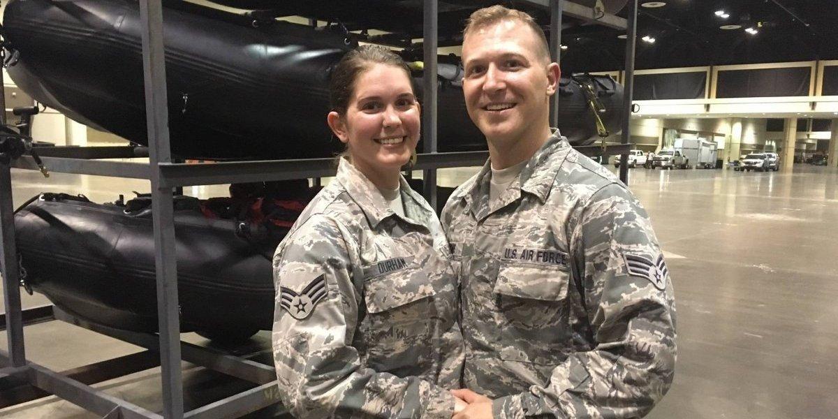 Tenían lista boda de ensueño en la playa, pero por huracán Irma se casaron con uniforme militar