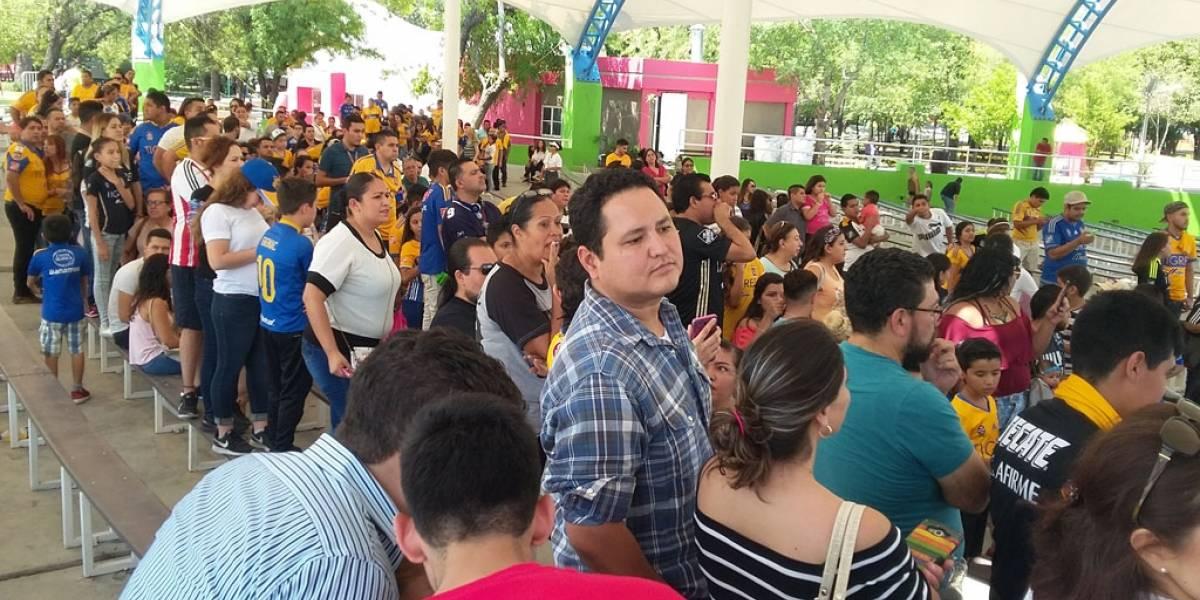 Javier Aquino apoya a sus paisanos tras sismo