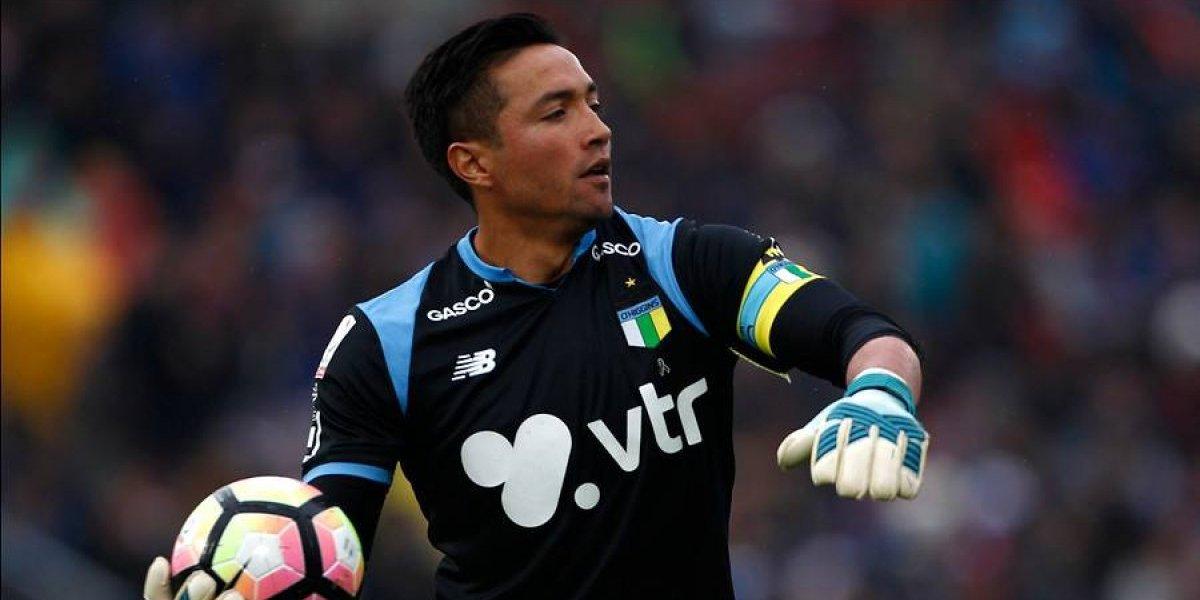 El emotivo partido que vivió Miguel Pinto: Bromeó a Mauricio Pinilla y regaló su camiseta a los hinchas
