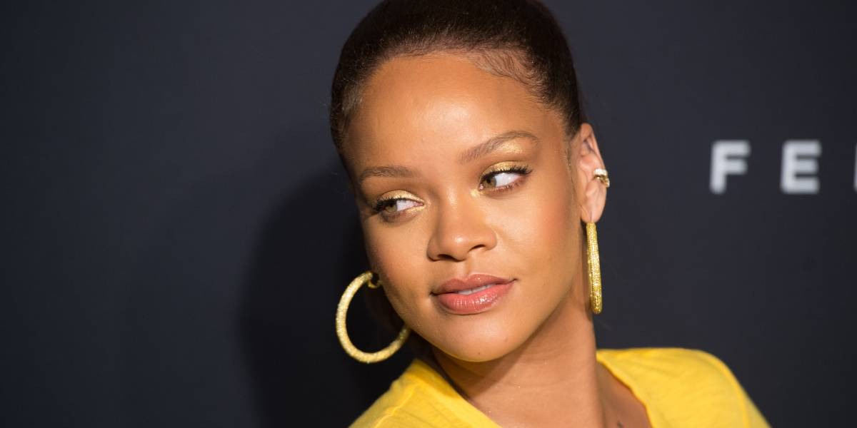 Rihanna vuelve a mostrar sus curvas en revelador atuendo