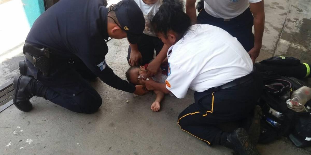 Tres bomberos voluntarios reaniman a un niño que cayó en un balde con agua
