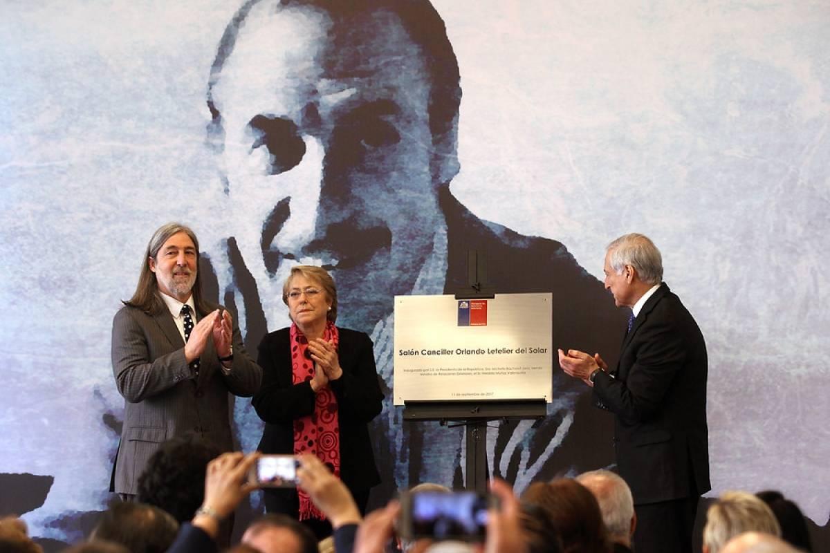 Presidenta devela placa que homenajea a ex canciller Orlando Letelier