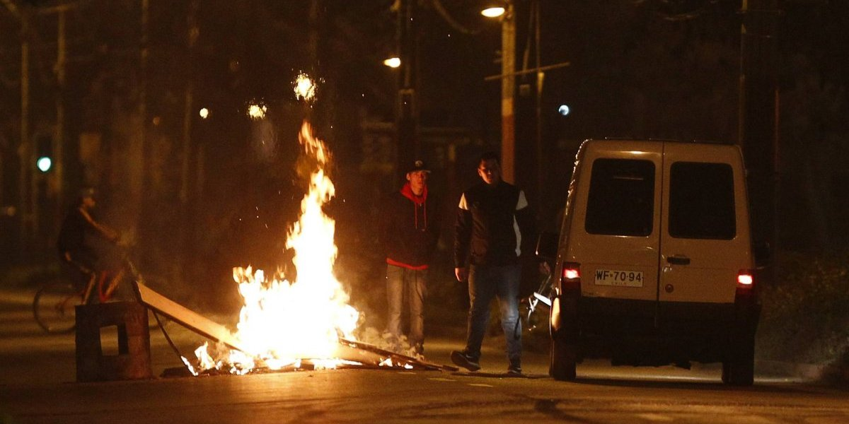 """Barricadas encienden la noche del """"Once"""" en distintos sectores de Santiago"""