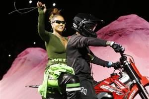 Rihanna sale en una motocicleta al final de la presentación de la colección primavera verano de Fenty Puma by Rihanna en la Semana de la Moda de Nueva York, el domingo 10 de septiembre del 2017. AP