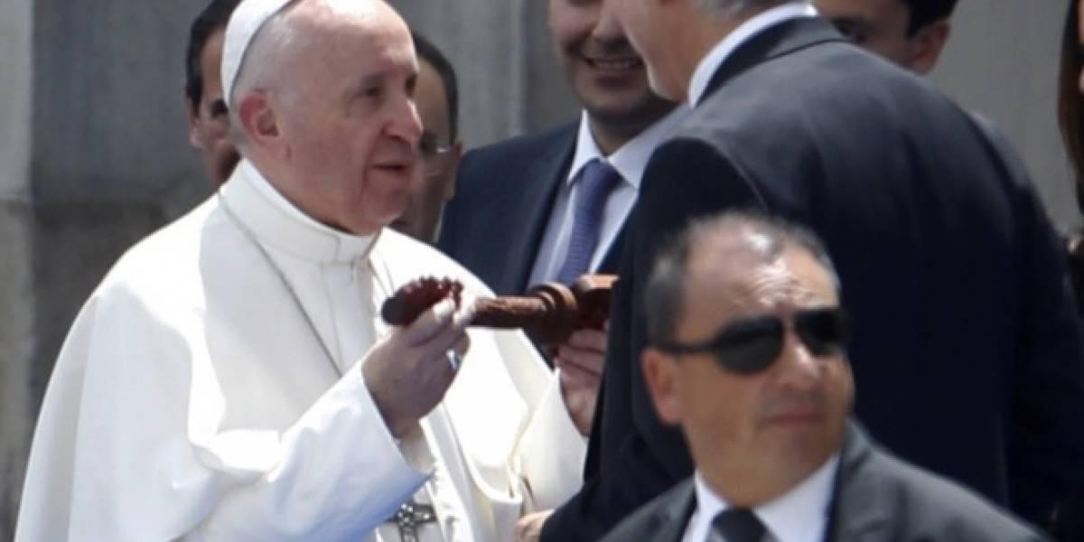 Video: Así reaccionó hombre de seguridad del papa cuando Peñalosa le quitó las llaves de la ciudad a una niña