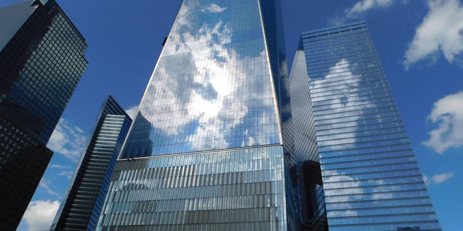 El cielo se funde con la estructura de cristal del One World Trade Center de Nueva York.