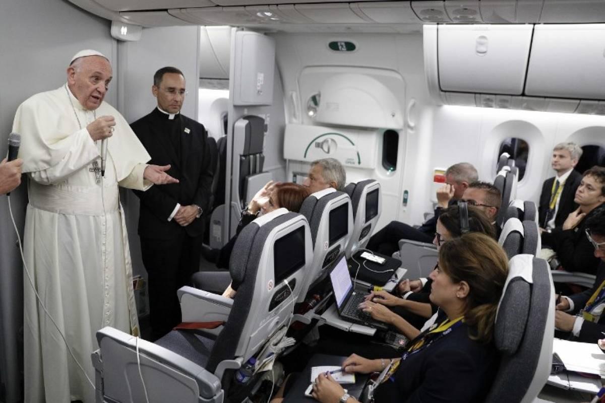 Papa Francisco en avión rumbo a Roma