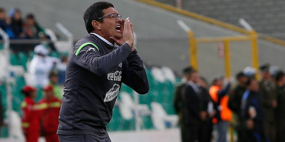 """DT de Bolivia fue castigado por """"corte de manga"""" contra Jean Beausejour"""